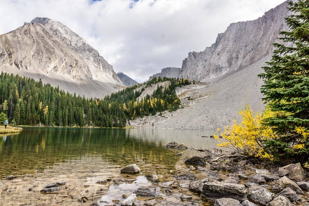 The Chester Lake hike in fall provides nice colors through shrubs and larch trees