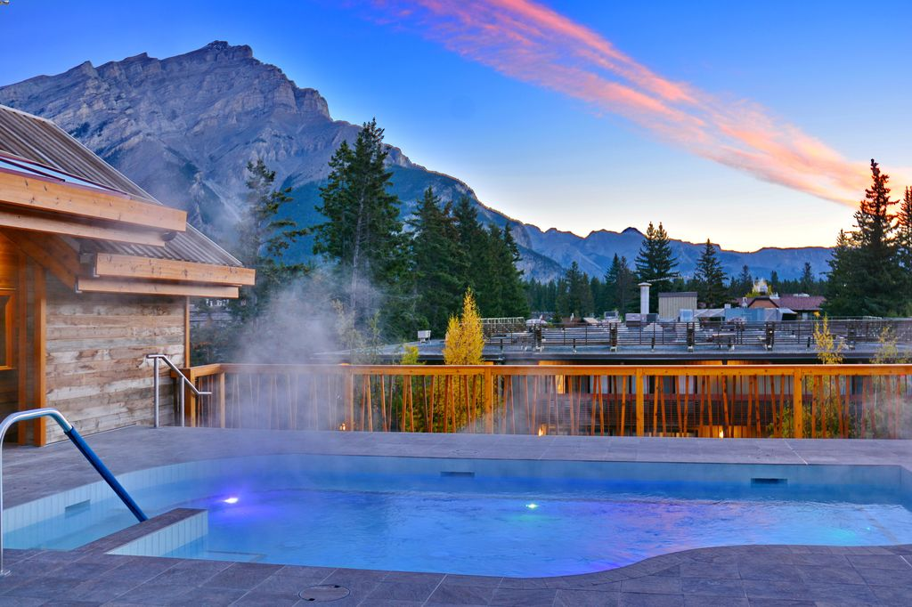 4 star Banff hotels with a rooftop outdoor hot tub - Moose Hotel