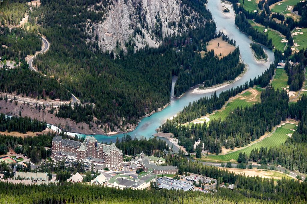 The Banff Springs Hotel was named the best golf hotel in Canada in 2016 by the World Golf Awards