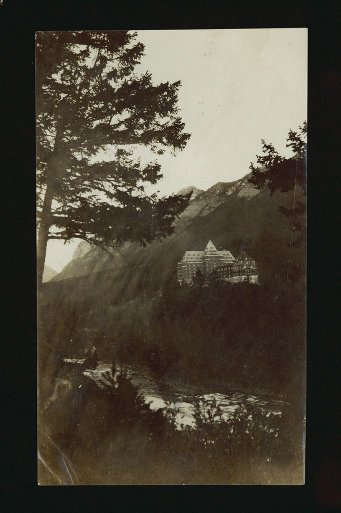 Photograph of the Banff springs Hotel from 1910s