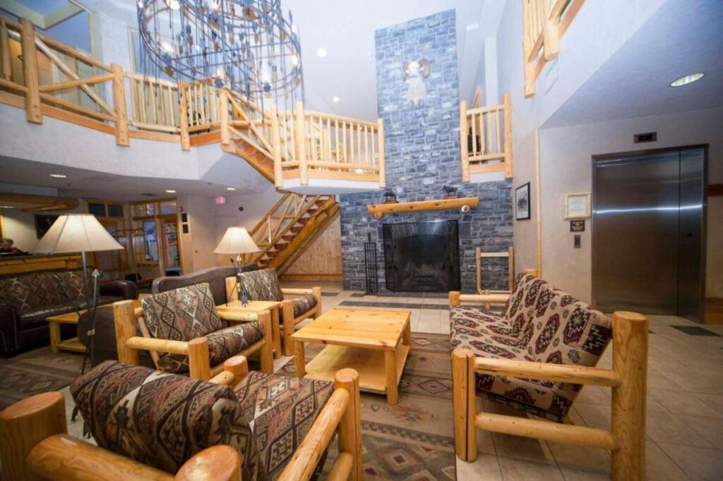 Brewster's Mountain Lodge is a hotel with private hot tub Banff